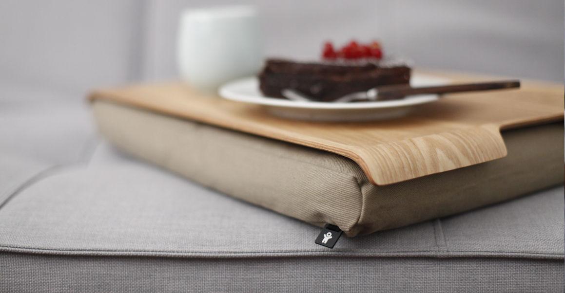 Knietafel met houten blad waarmee je op schoot zonder wiebelen geniet van koffie en taart