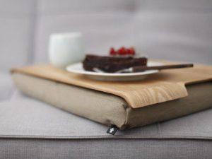 Bosign laptray nature met houten bovenblad op de bak met koffie en taart