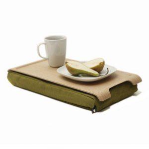 Mini laptray met olijfgroen schootkussen en licht houten blad met koffie en een bordje met een peer