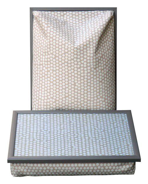 Dienblad met kussen geheel uitgevoerd in taupe met witte stippen en taupe houten frame