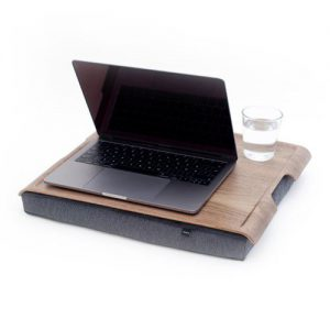 Antislip laptray met walnoot houten blad met laptop en glas water