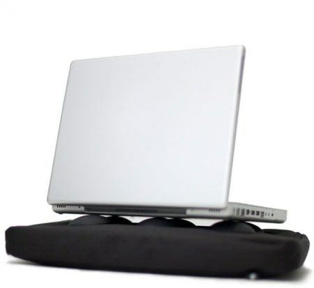 Laptop staat op warmte-afvoerende doppen van Bosign laptopkussen