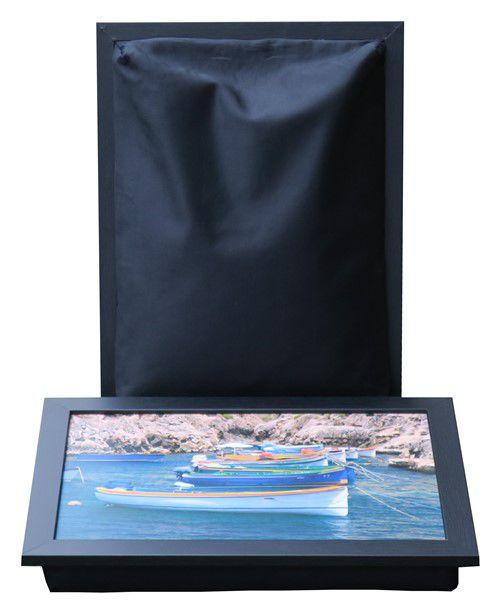 Laptray met foto van visserbootjes en zwart schootkussen