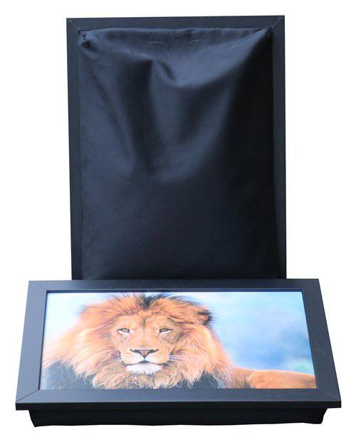 Schoottafel met foto van leeuw en zwart schootkussen
