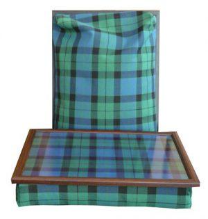 Laptray met groen blauw zwarte tartan op blad en kussen - voorzijde