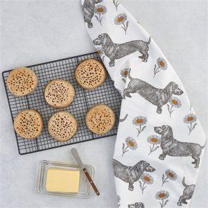 Teckel en Madeliefjes theedoek voor in de keuken