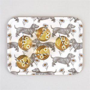 Teckel-en-Madeliefjes-Dienblad-berken-fineer-groot-met glazen