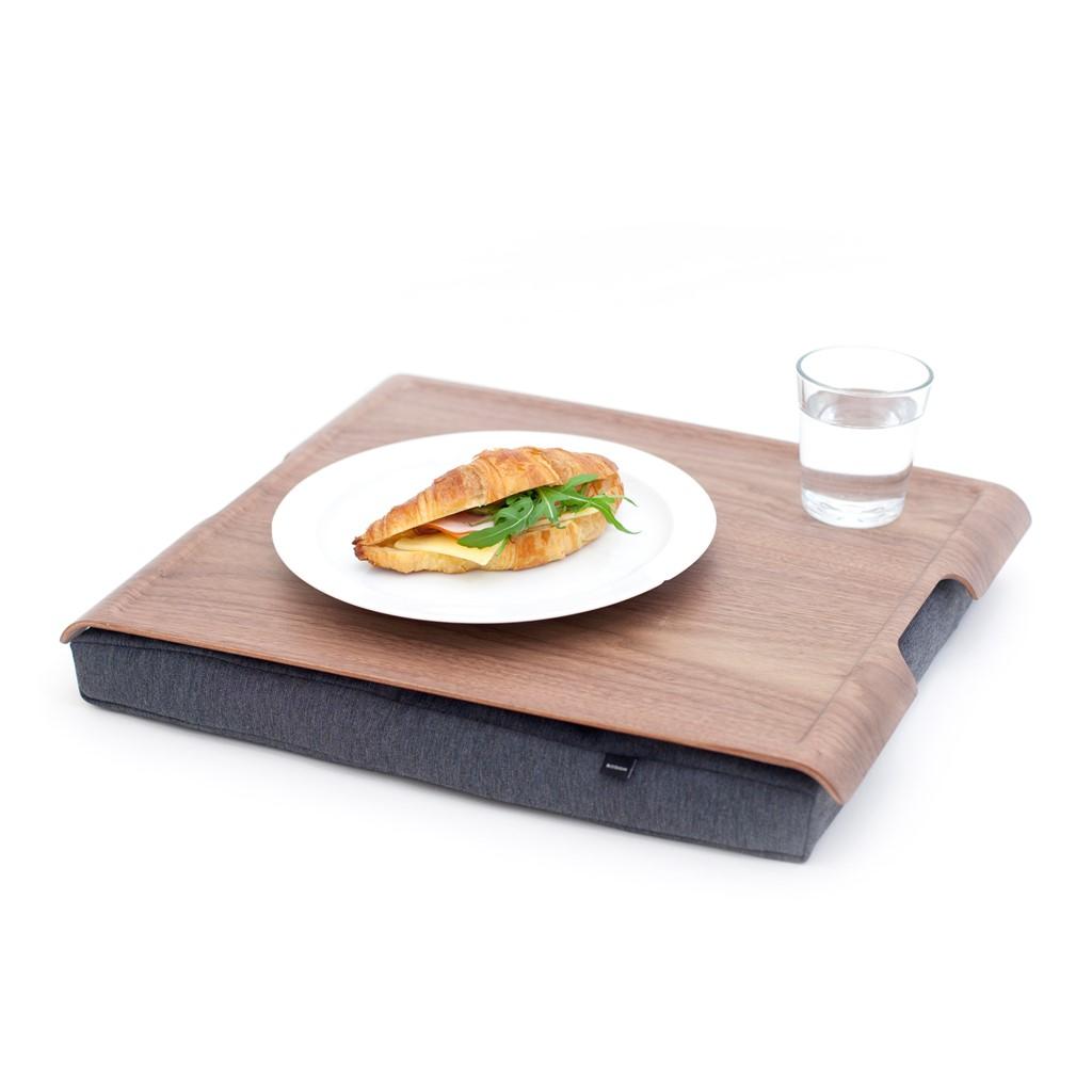 Eten op schoot met een schoottafel met houten antislip blad en grijs schootkussen