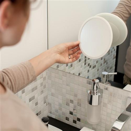 Magnetische make-up en scheerspiegel in badkamer wordt van de magnetische bevestiging gepakt